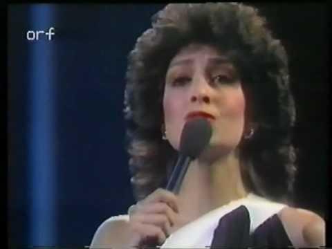 "Anna Vissi sings ""Mono i Agapi"" in Nicosia"